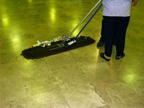 Pakutakse tööd noortekeskuse koristajale.
