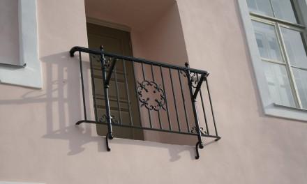 Kostivere mõisa otsakülje seinale paigaldati prantsuse rõdu.